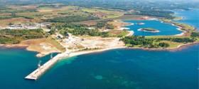 Pogled na građevinsku površinu za izgradnju turističkog naselja i luka sa nasipanim dijelom za izgradnju marine